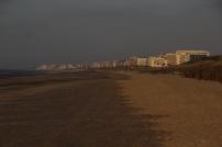 Vue vers l'Est et la Panne. A droite on aperçoit des fascines que l'on a posées pour protéger la dune. Toutes les terres entre la Belgique et Sangatte sont en risque de submersion marine.