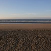 La mer du Nord. Les rides au premier plan sont formées par le vent lorsque la plage et encore ruisselante d'eau à marée descendante.