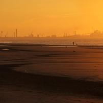 De Bray-Dunes, on distingue très bien la jetée de l'Est de Dunkerque tout comme la construction du port méthanier à l'Ouest de Dunkerque
