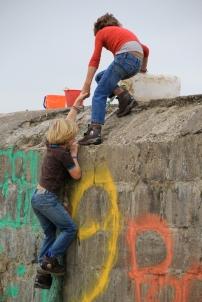 Deux enfants néerlandais se font le mur, sans doute pour retarder leur rentrée.