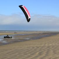 Le Kite buggy, tout comme les planches à voile équipées de roues que l'on voit parfois (speed sail), font partie du monde des char à voiles. parfois