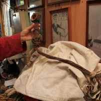 La longueur de la poignée matelotée permettait de suspendre les sacs en hauteur et les mettre, entre autres, à l'abri de l'humidité.