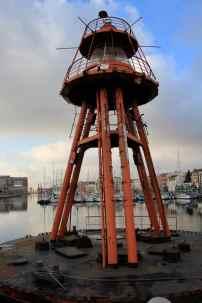 Une balise marque le début du Bassin du Commerce depuis le Quai des Anglais