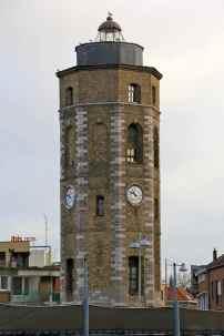 """La Tour du Leughenaer est un des rares vestiges d'un lointain passé maritime de la ville, par deux fois rasée par les deux dernières guerre. La tour a longtemps servi d'amer (voir dico). Son nom veut dire """"menteur"""" en flamand, car la disposition de la tour était quelque peu en décalage avec l'axe du chenal... Ce qui provoqua quelques échouages !"""