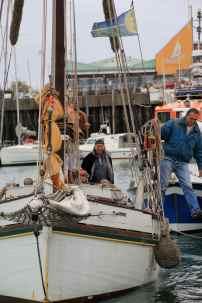Marc s'apprête à sauter sur le quai pour assurer le bateau.