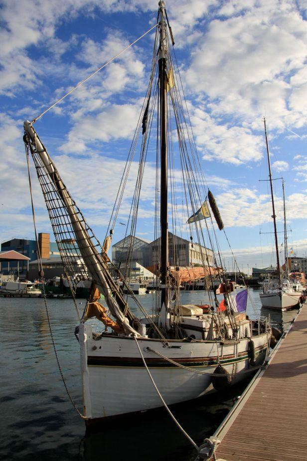 La Goele à quai, bout devant relevé, dans le port de plaisance du Grand Large face au site des anciens chantiers navals, les ACF.