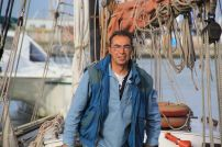 Marc, un Bruxellois plus assez novice pour n'être qu'un mousse, rêve aussi d'avoir son propre bateau. En attendant, il participe aux manoeuvres de la Goele. Il barre aussi. Mais c'est quand-même lui qui prépare les tartines et remplit les bouteilles. Et les verres.