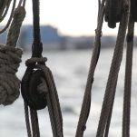 """La pomme de tire-veille, sorte de poupée de corde, leste la touline, cordage lancé sur le quai pour attirer le bateau vers le bord en vue de l'amarrer. La pomme se fait avec 4 brins frappés avec ce cordage fin. La pomme peut se faire avec ce seul cordage. On l'appellera alors """"pomme de touline"""""""