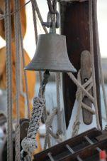 Cette cloche de bord est dotée d'une poignée matelotée.