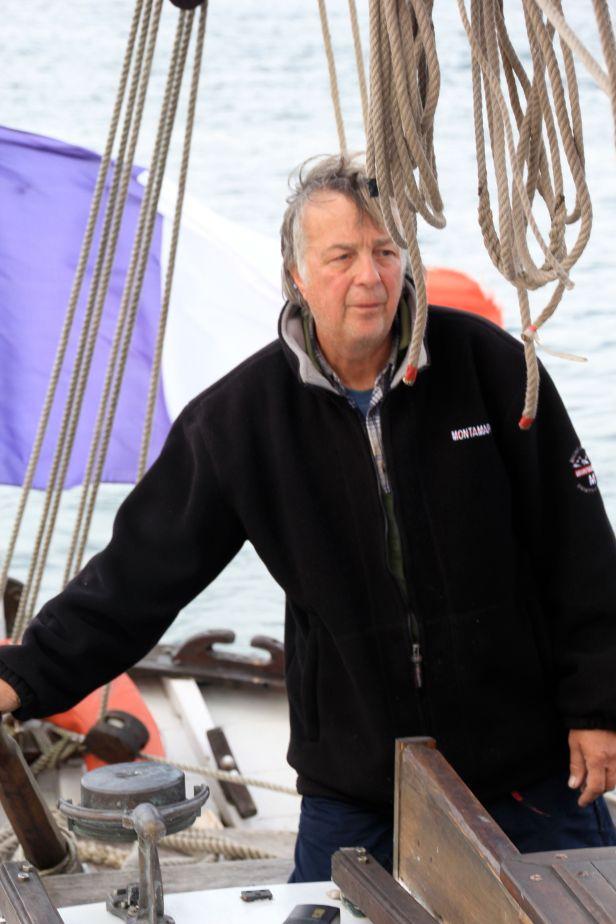 Luc Cartiaux est né dans les Ardennes. Ce fils de douanier muté à Dunkerque n'a vu son premier bateau qu'à l'âge de 8 ans. Le Saint Eloi, le Twickenham, le Saint Germain... Tous ces ferries massifs entrant au port l'impressionnaient déjà. Luc a commencé à faire des maquettes de bateaux. Il est entré au chantier de réparation navale Ziegler comme soudeur. Mais c'est en montant sur le Pont du Maria Asumpta, à l'époque le plus vieux voilier du Monde désormais disparu, que Luc fut gagné irréversiblement par la passion des bateaux anciens. La Goele est le quatrième bateau qu'il entretient et restaure. Egalement mateloteur, Luc participe aux manifestations de la Fédération Régionale pour la Conservation du Patrimoine Maritime et contribue à la restauration d'autres bateaux.