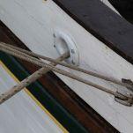 """L'orifice par lequel passe le cordage qui va """"assurer"""" le bateau sur les taquets s'appelle la """"moustache""""."""