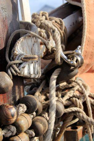 Les grosses perles de bois forment le bracelet de racage, qui glissera en roulant le long du mât.