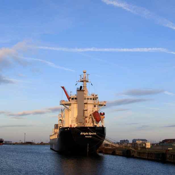 """Voici un bel exemple de navire souvent rencontré dans le Bassin Freycinet. Le Bright Spark, sous drapeau panaméen est un """"general cargo ship"""", autrement dit un navire de transport général de marchandises."""