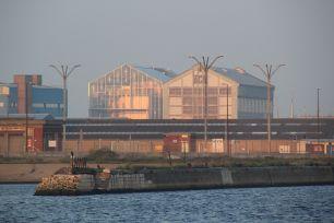 """La période des chantiers navals est révolue. De cette épopée, il ne reste que la """"cathédrale"""" de béton des ACF que l'on a flanquée d'une soeur jumelle de verre et d'acier. Malis la réparation navale est encore d'actualité."""