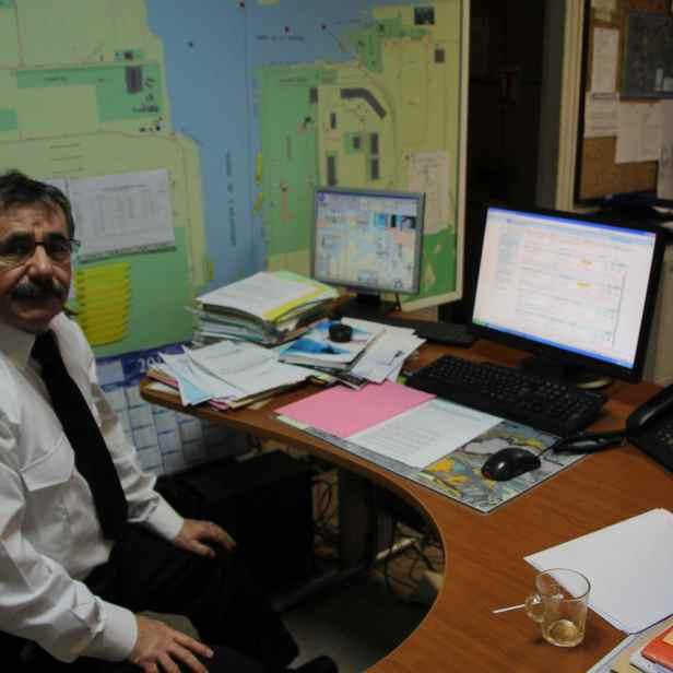 Sur le poste de Pierre, toujours les mêmes écrans synoptiques de surveillance du trafic et d'information sur les navires et leur chargement : le logiciel SIRENE pour le suivi du trafic, un écran radar, le synoptique des écluses, auquel s'ajoute un ordinateur ordinaire permettant d'effectuer des recherches...