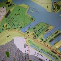 L'outil majeur du bureau est une carte murale du port, de plus de 5 mètres. Selon les officiers du placement, il n'y a rien de tel qu'une carte à l'ancienne où l'on peut positionner le long des quais des vignettes magnétiques taillées selon la taille des navires. cette carte murale permet d'embrasser l'ensemble du domaine portuaire.
