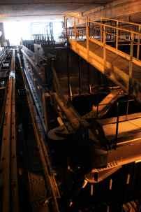 Nous sommes toujours à l'écluse Watier.Cette porte d'écluse est au sec. Totalement refaite après avoir été malmenée par un navire, elle sera reposée à l'issue d'une manoeuvre délicate.