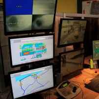 Ecluse de Mardyck. Les écrans que l'on voit surveillent le fonctionnement des pompes permettant d'évacuer l'eau de l'arrière pays et déversée dans les canaux. En cas d'importantes pluies, en concertation avec les Voies Navigables de France, la circulation des bateaux est arrêtée pour permettre le pompage de cette eau jusqu'à 40 m3 seconde. Des pompes Sea Flight et Bergeron assurent ce travail que l'on distingue sur l'écran supérieur avec la précision d'une échographie, Une qualité d'image suffisante pour que les agents d'écluse constatent le bon fonctionnement des appareils.