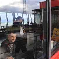D'ailleurs, contrairement à beaucoup d'entreprises, les vitres sont impeccables et c'est préférable. Ce qui me permet de faire une sympathique photo de Stéphane, radio (avec Pierre Trollé en arrière plan). Patrice, un autre collègue, pour sa part supervisera les remorqueurs. La société de remorqueurs Boluda attend ses ordres de travail.
