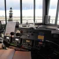 La radio VHF est un outil spécifique de la régie en raison de la nécessité d'un dialogue permanent avec les capitaines de bateaux, la plupart du temps relayés par les pilotes du port. Dès lors qu'ils montent à bord pour diriger les manoeuvres, ceux-ci sont en fin de compte les principaux interlocuteurs des capitaines de navires.