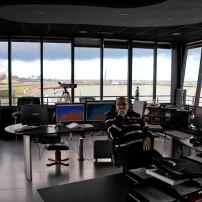 Dans ce large espace qui dispose sans doute de la vue la plus exceptionnelle du large à Dunkerque, d'autres agents comme Didier et Stéphane sont radio. Ils sont en correspondance permanente avec les navires et tous le professionnels qui les prendront en charge.