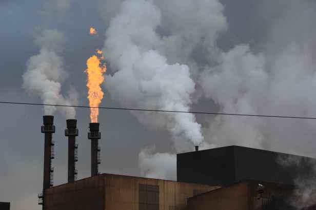 Une torchère brûle les excès de gaz sans jamais s'interrompre.