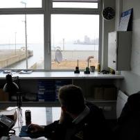 Le bureau des officiers de port sur les quais. On les appelle les officiers des darses. ceux-ci supervisent les manoeuvres d'accostage des navires afin que ces derniers ne cassent rien pendant les manoeuvres. En cas de vacance d'activité d'accostage, les officiers de darses effectuent des rondes de routine.
