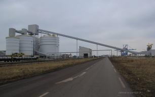 L'usine l'Aluminium Dunkerque. Sur les wagons, des lingots d'aluminium sont prêts à l'expédition. Toutes les productions partent par train malgré la situation bord à quai de l'usine.
