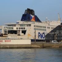 Quatrième port français pour le fret, Calais prend en charge le transit d'un tiers des marchandises échangées entre l'Europe continentale et les îles britanniques.
