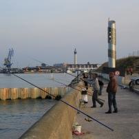 Face au port de ferries, la digue prête plus de 100 mètres de linéaires pour la pêche au lancé.