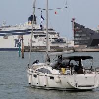Calais est le premier port français, et le deuxième port européen de voyageurs. Plus de 10 millions de passagers y transitent pour le Royaume Uni. Le bâtiment gris, c'est la capitainerie.
