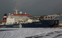 Ce navire est un câblier. A partir de Calais, plus de 550 000 Km de câbles de fibre optique tirés de longs locaux souterrains, ont été enroulés pour être posés ensuite au fond des océans.
