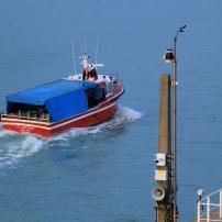 Il ne reste que 9 bateaux de pêche à Calais. Ils s'intercalent facilement dans le trafic