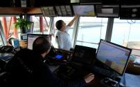 Quelques écrans vidéos entièrement dédiés à la surveillance nautique, des cartes situant les navires croisant au large et les bateaux mouillant dans les zones d'attente avant d'autoriser à entrer dans le port de Dunkerque, une radio, sont les principaux outils d'aide à la vigie.