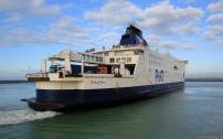 """Le Pride of Kent n'est doté que de deux ponts, contre 3 pour les ferrys les plus récents. Il s'agit de deux ponts poids lourds. L'un peut toutefois accueillir quelques voitures de tourisme l'été, pour l'autre, on y gare toujours les deux. les camions de ce pont sont prioritairement ceux qui peuvent transporter des matières dangereuses, alors à l'air libre. Sur ces navires, il existe également un """"car deck"""". C'est une sorte de passerelle que l'on peut abaisser pour y loger jusqu'à 100 voitures."""