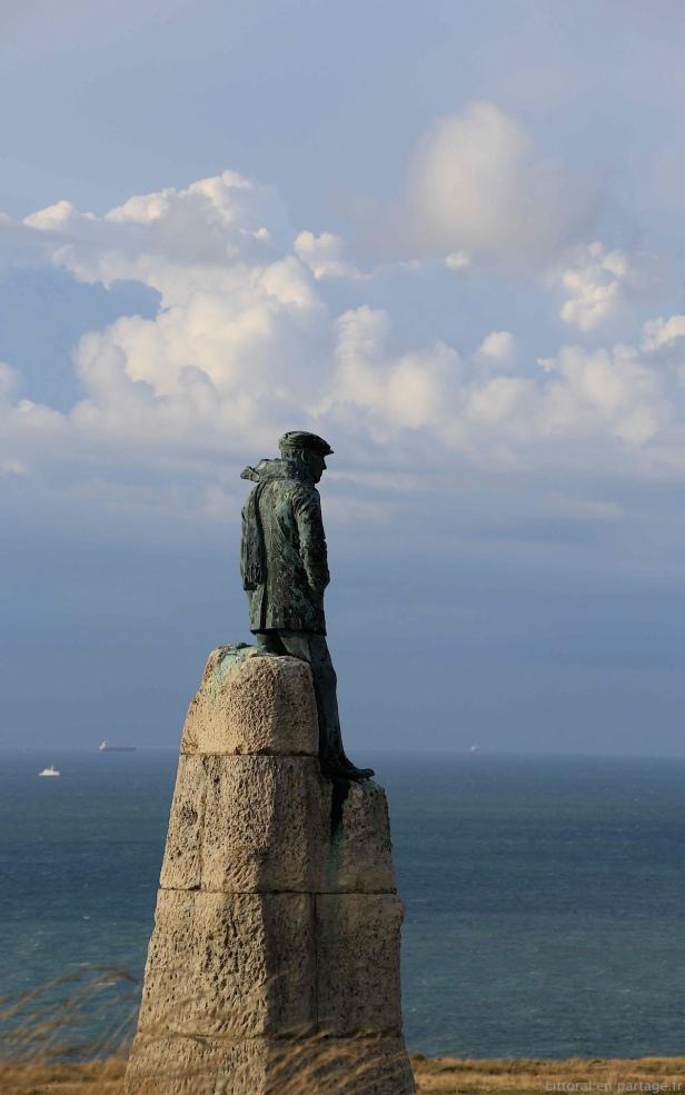 Hubert Latham était un aventurier admiré. Premier candidat à la traversée, sa statue sur la route du Cap Blanc nez, domine Sangatte.