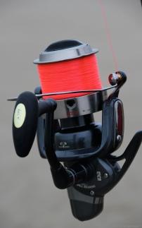 Il arrive que le fil soit coloré. Le pêcheur peut mieux le repérer. Le poisson aussi. Il est parfois nécessaire d'attirer sa curiosité.