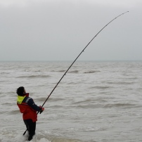 La force du courant, associé au poids du plomb rendent la pêche physique. Parfois les algues à la dérive s'accumulent sur la ligne et l'alourdissent. Dans d'autres cas, la ligne rencontre un obstacle et il n'y dans ce cas pas d'autre solution que de casser.