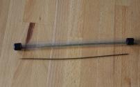 L'aiguille à escher. On y empale les vers avec la partie pointue. La base constitue un tube dans lequel on enfile la pointe de l'hameçon. Le ver empalé glisse le long de l'aiguille puis de l'hameçon. Et le tour est joué.