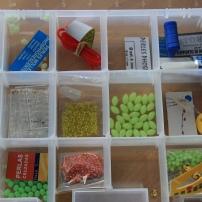 Une option : la boîte à perles, paillettes et autres fantaisies permettant de fabriquer soi-même ses bas de ligne. Surtout utile quand on pêche souvent.
